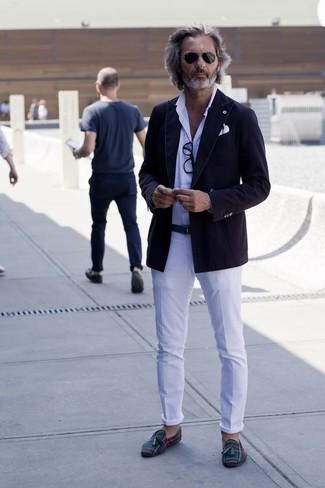 Cómo combinar: blazer de algodón negro, camisa de vestir a lunares blanca, pantalón chino blanco, mocasín con borlas de lona de tartán verde oscuro