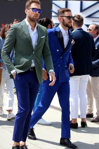 Elige un blazer de algodón verde oliva de hombres de Paul Smith y un pantalón chino azul para lograr un look de vestir pero no muy formal. Este atuendo se complementa perfectamente con zapatos brogue de cuero negros.