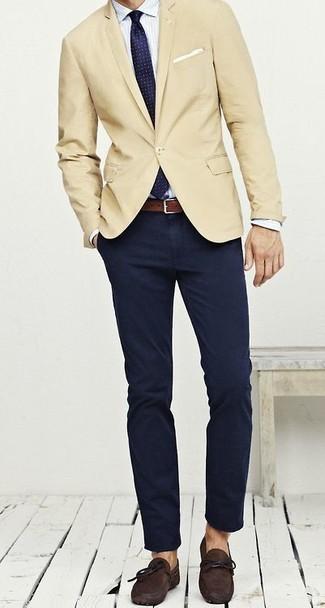 Cómo combinar: blazer en beige, camisa de vestir de rayas verticales blanca, pantalón chino azul marino, mocasín de ante en marrón oscuro