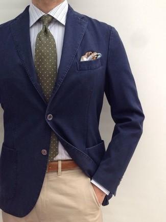 Cómo combinar: blazer de algodón azul marino, camisa de vestir de rayas verticales blanca, pantalón chino marrón claro, corbata a lunares verde oliva