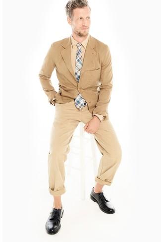 Cómo combinar: blazer de algodón marrón claro, camisa de vestir marrón claro, pantalón chino marrón claro, zapatos derby de cuero negros