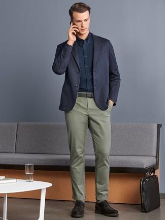 Cómo combinar: blazer de punto azul marino, camisa de vestir azul marino, pantalón chino verde oliva, zapatos derby de ante en marrón oscuro