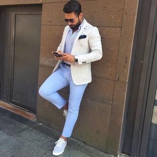 Cómo combinar: blazer en beige, camisa de vestir celeste, pantalón chino celeste, tenis de lona grises