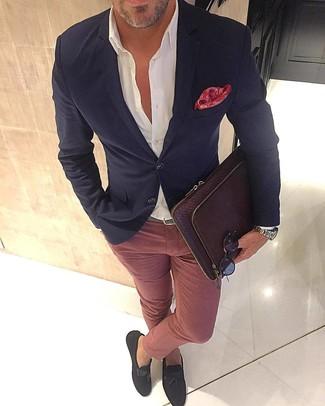 Cómo combinar: blazer negro, camisa de vestir blanca, pantalón chino rosado, mocasín con borlas de ante en marrón oscuro