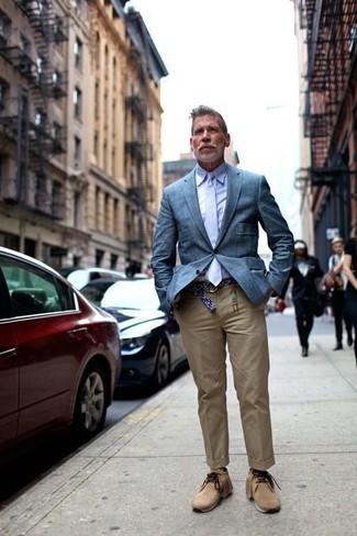 Cómo combinar: blazer azul, camisa de vestir violeta claro, pantalón chino marrón claro, botas safari de ante marrón claro