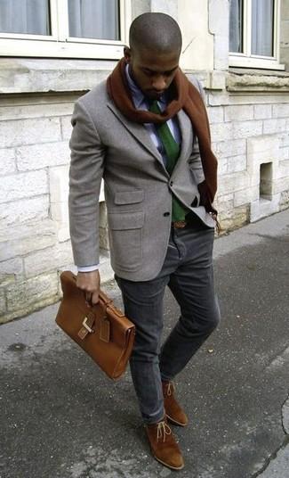 Si buscas un look en tendencia pero clásico, utiliza un blazer de lana gris y un pantalón chino de pana negro. Complementa tu atuendo con botas safari de ante marrónes.