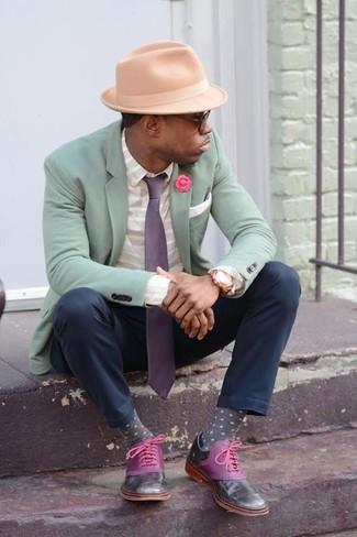 Esta combinación de un blazer verde menta y una corbata es perfecta para una salida nocturna u ocasiones casuales elegantes. ¿Te sientes ingenioso? Dale el toque final a tu atuendo con zapatos oxford de cuero morado.