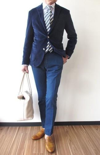 Si buscas un estilo adecuado y a la moda, empareja un blazer de pana azul marino con un pantalón chino azul marino. Este atuendo se complementa perfectamente con mocasín de cuero mostaza.