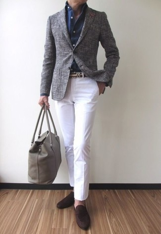 Cómo combinar: blazer de lana gris, camisa de vestir azul marino, pantalón chino blanco, mocasín de ante en marrón oscuro