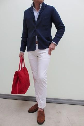 Cómo combinar: blazer de punto azul marino, camisa de vestir de rayas verticales celeste, pantalón chino blanco, mocasín de ante en tabaco