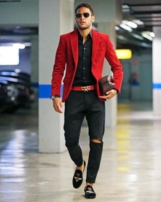 Cómo combinar: blazer de pana rojo, camisa de vestir negra, pantalón chino negro, mocasín de terciopelo bordado negro