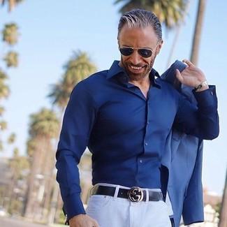 Cómo combinar: blazer azul, camisa de vestir azul marino, pantalón chino blanco, correa de cuero negra