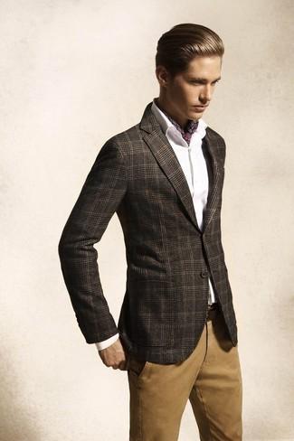 Cómo combinar: blazer de tartán en gris oscuro, camisa de vestir blanca, pantalón chino marrón claro, correa de cuero en marrón oscuro