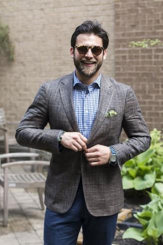 Cómo combinar: blazer de tartán en gris oscuro, camisa de vestir de cuadro vichy en blanco y azul marino, pantalón de vestir azul marino, pañuelo de bolsillo a lunares verde oliva