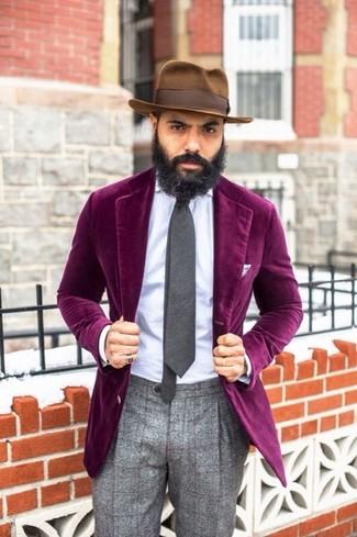 Cómo combinar: blazer de terciopelo morado, camisa de vestir celeste, pantalón de vestir de lana de tartán gris, sombrero marrón