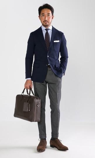 Cómo combinar: blazer azul marino, camisa de vestir celeste, pantalón de vestir gris, zapatos oxford de ante marrónes