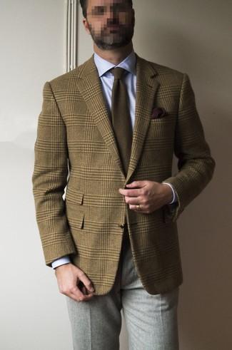Cómo combinar: blazer de lana de tartán marrón, camisa de vestir celeste, pantalón de vestir de lana gris, corbata marrón