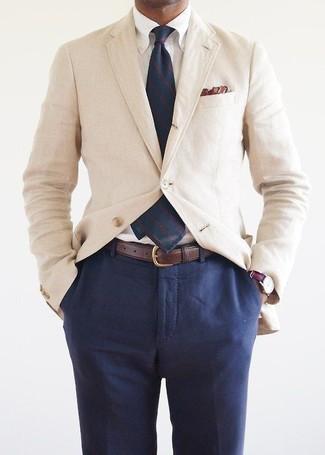 Cómo combinar: blazer de algodón en beige, camisa de vestir blanca, pantalón de vestir azul marino, corbata de rayas verticales azul marino