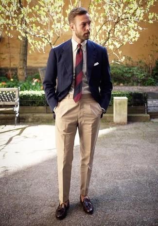 Cómo combinar: blazer azul marino, camisa de vestir blanca, pantalón de vestir en beige, mocasín con borlas de cuero en marrón oscuro