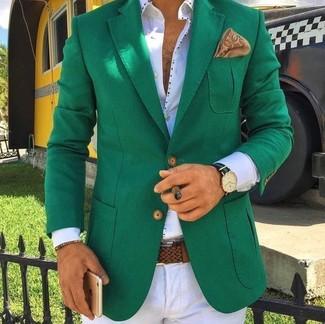 Cómo combinar: blazer verde, camisa de vestir blanca, pantalón de vestir blanco, pañuelo de bolsillo estampado marrón claro