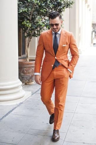 Cómo combinar: blazer naranja, camisa de vestir de rayas verticales celeste, pantalón de vestir naranja, zapatos brogue de cuero en marrón oscuro
