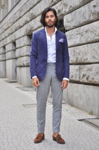 Emparejar un blazer de algodón azul junto a un pantalón de vestir gris es una opción incomparable para una apariencia clásica y refinada. Mocasín con borlas de ante marrón contrastarán muy bien con el resto del conjunto.