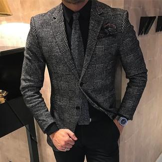 Cómo combinar: blazer de lana de tartán en gris oscuro, camisa de vestir negra, pantalón de vestir negro, corbata de punto en gris oscuro