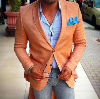 Cómo combinar: blazer naranja, camisa de vestir de rayas verticales celeste, pantalón de vestir de lana gris, pañuelo de bolsillo en turquesa