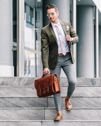 Cómo combinar: blazer verde oliva, camisa de vestir celeste, pantalón de vestir de lana gris, zapatos derby de cuero marrónes