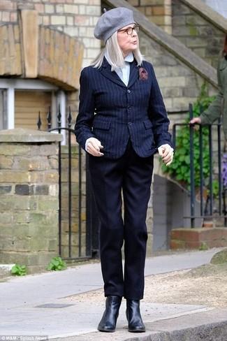 Un blazer de rayas verticales azul marino y un pantalón de vestir negro de Stella McCartney son el combo perfecto para llamar la atención por una buena razón. Completa el look con botines de cuero negros.