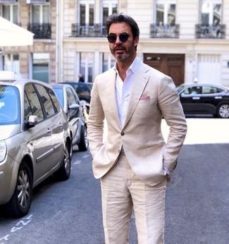Cómo combinar: blazer de lino en beige, camisa de vestir blanca, pantalón de vestir de lino en beige, pañuelo de bolsillo rojo