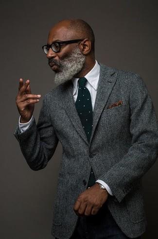 Luce lo mejor que puedas en un blazer de lana de espiguilla gris y un pantalón de vestir de lana negro.