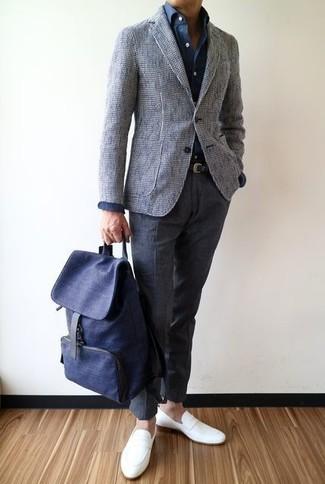 Cómo combinar: blazer de tweed gris, camisa de vestir azul marino, pantalón de vestir de lana en gris oscuro, mocasín de cuero blanco
