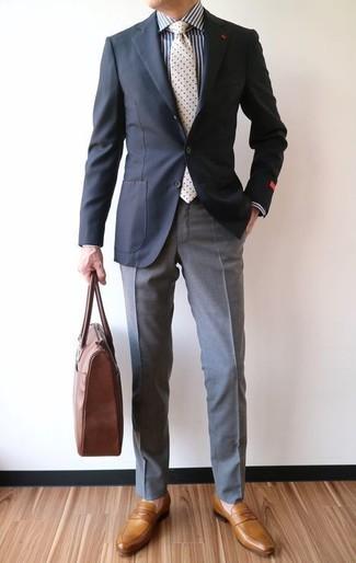 Accede a un refinado y elegante estilo con un blazer negro y un pantalón de vestir gris. ¿Te sientes valiente? Completa tu atuendo con mocasín de cuero mostaza.