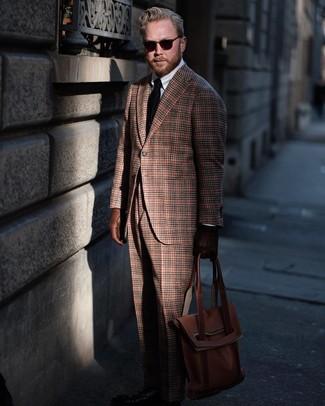 Cómo combinar: blazer de lana de tartán marrón, camisa de vestir blanca, pantalón de vestir de lana de tartán marrón, bolsa tote de cuero marrón