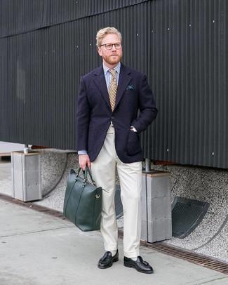 Cómo combinar: blazer de lana azul marino, camisa de vestir de rayas verticales en blanco y azul marino, pantalón de vestir blanco, mocasín con borlas de cuero negro