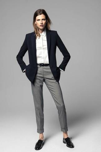 Opta por un blazer negro y un pantalón de vestir gris para cualquier sorpresa que haya en el día. Este atuendo se complementa perfectamente con zapatos oxford de cuero negros.