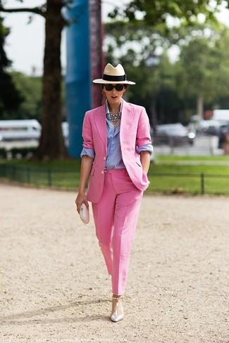 Cómo combinar: blazer rosado, camisa de vestir de rayas verticales en blanco y azul, pantalón de vestir rosado, zapatos de tacón de cuero plateados