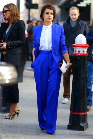 Look de Miroslava Duma: Blazer Azul, Camisa de Vestir Blanca, Pantalones Anchos Azules, Zapatos de Tacón de Cuero Negros