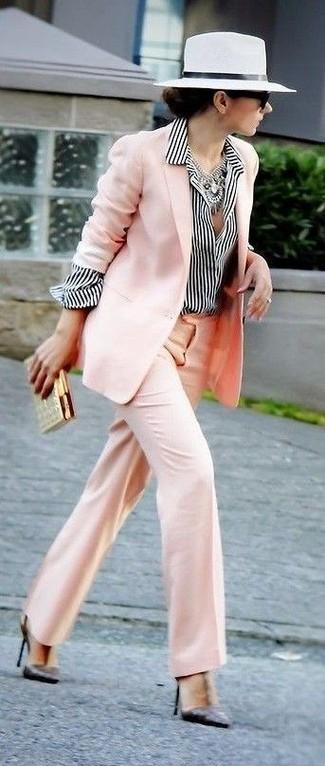 Cómo combinar: blazer rosado, camisa de vestir de rayas verticales en blanco y negro, pantalones anchos rosados, zapatos de tacón de cuero negros