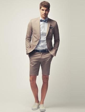 Cómo combinar: blazer marrón claro, camisa de vestir celeste, pantalones cortos marrón claro, tenis en beige