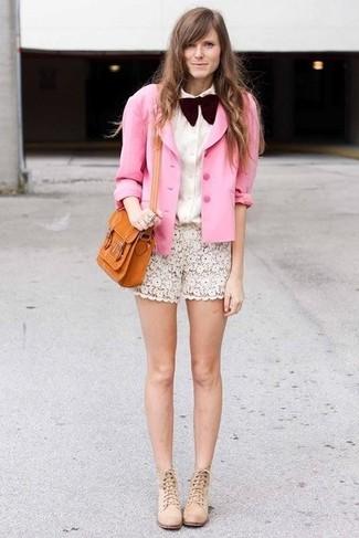 Ponte un blazer de seda rosado y un corbatín y te verás como todo un bombón. ¿Te sientes ingenioso? Dale el toque final a tu atuendo con botines de ante beige.