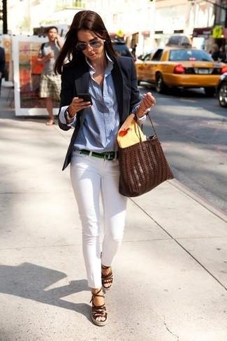 Este combo de un blazer negro y unos pantalones pitillo blancos te permitirá mantener un estilo cuando no estés trabajando limpio y simple. Un par de sandalias con cuña de cuero marrón oscuro se integra perfectamente con diversos looks.