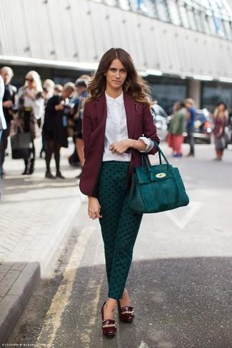 Emparejar un blazer burdeos y unos pantalones pitillo a lunares en verde azulado es una opción cómoda para hacer diligencias en la ciudad. Zapatos con cuña de cuero burdeos son una sencilla forma de complementar tu atuendo.