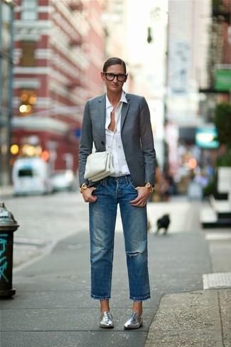 Equípate un blazer gris oscuro con unos vaqueros boyfriend desgastados azules para un look agradable de fin de semana. Dale onda a tu ropa con zapatos oxford de cuero plateados.