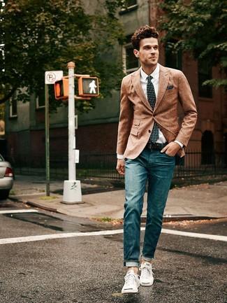 Empareja un blazer de lana marrón con unos vaqueros azul marino para un lindo look para el trabajo. ¿Quieres elegir un zapato informal? Complementa tu atuendo con tenis blancos para el día.