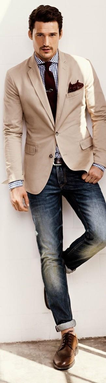 Perfecciona el look casual elegante en un blazer beige y unos vaqueros azul marino. Un par de zapatos brogue de cuero marrónes se integra perfectamente con diversos looks.