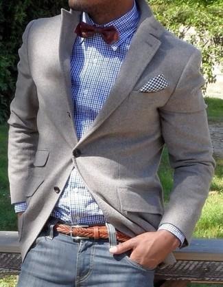 Un blazer gris y unos vaqueros azul marino son una gran fórmula de vestimenta para tener en tu clóset.
