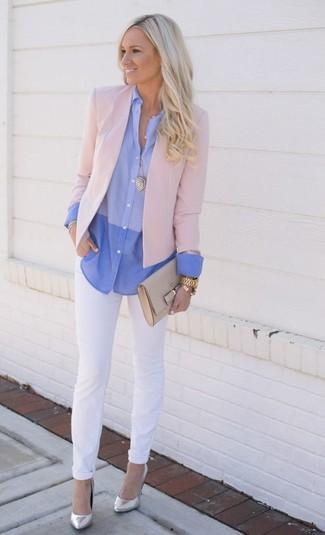 Look de moda: Blazer Rosado, Camisa de Vestir Celeste, Vaqueros Blancos, Zapatos de Tacón de Cuero Plateados