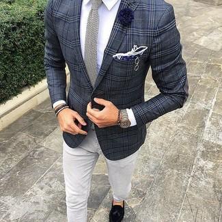 Cómo combinar: blazer de tartán en gris oscuro, camisa de vestir blanca, vaqueros grises, mocasín con borlas de ante negro